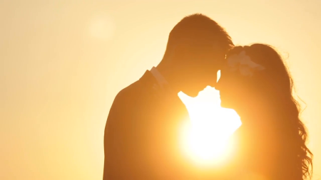 silhouette-of-beautiful-wedding-couple-kiss-on-the-sunset-close-up_ndhr6cfnx__F0000